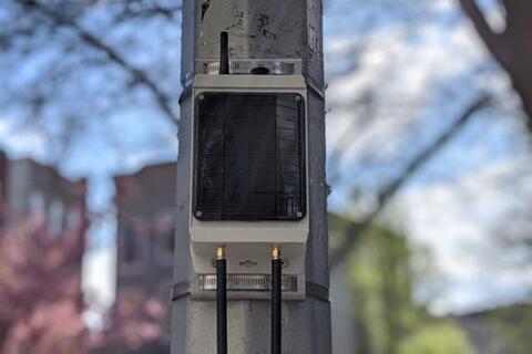固定在杆子上的Pebble太阳能供电网关