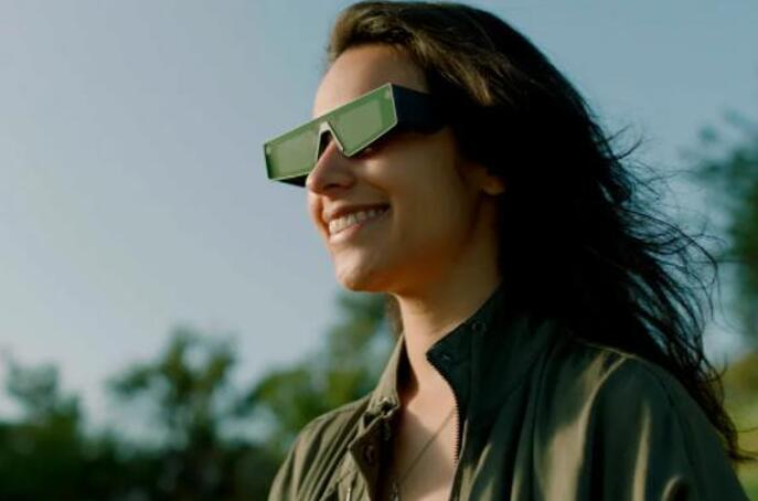 Snap击败Facebook和苹果等竞争对手,成为首家推出AR眼镜的美国科技公司,图为最新发布的Spectacles智能眼镜