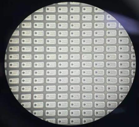 显微镜下的通用微MEMS麦克风实物