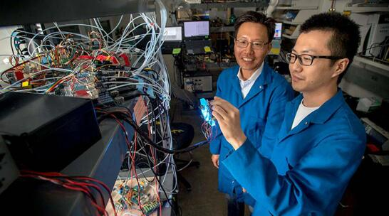 Nosang Vincent Myung教授(左)和他的博士生Bingxin Yang